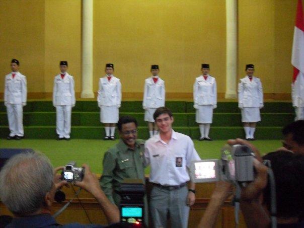 Momento de fama com o representante de Educação da província do Norte de Sumatra (Foto: Matheus Pinheiro de Oliveira e Silva)