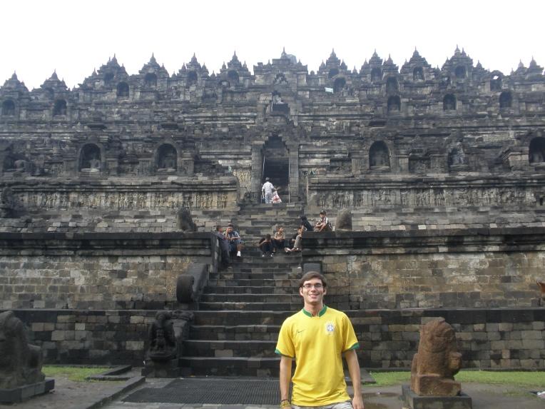 Vista frontal de uma das escadarias de acesso de Borobudur (Foto: Matheus Pinheiro de Oliveira e Silva)