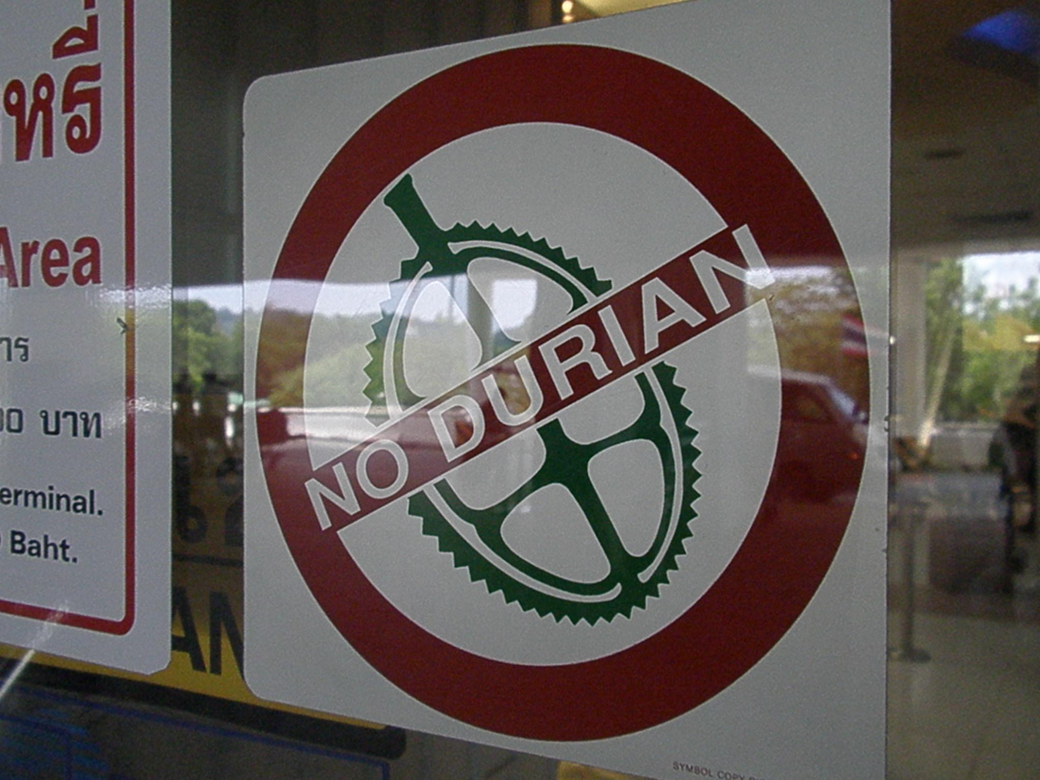 Placa proibindo a fruta de entrar no estabelecimento (Foto: Matheus Pinheiro de Oliveira e Silva)