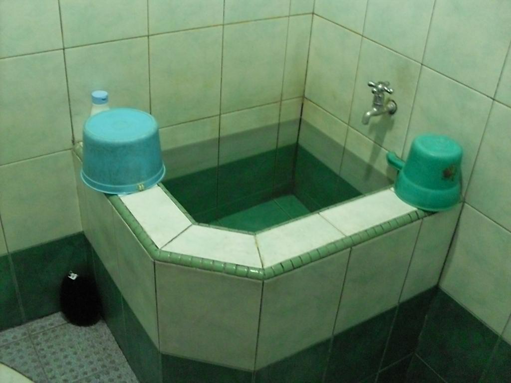 Banheiro tradicional da Indonésia e os baldes para banho (gayung) (Foto: Matheus Pinheiro de Oliveira e Silva)