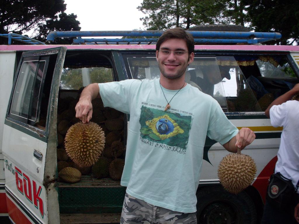 Segurando duas durians que logo depois foram degustadas (Foto: Matheus Pinheiro de Oliveira e Silva)