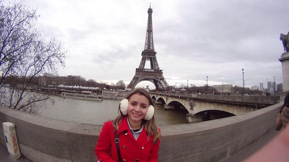 Imponente Torre Eiffel em Paris (Foto: Camila Aparecida Oliveira)